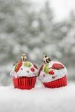 在雪的两个玩具蛋糕 库存图片