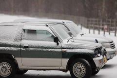 在雪的两辆汽车立场 库存图片