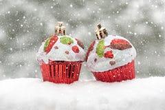 在雪的二个玩具蛋糕 免版税图库摄影
