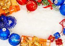 在雪的五颜六色的圣诞节框架 免版税库存图片