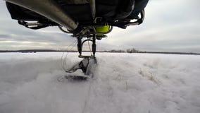 在雪的供给动力的滑翔伞起飞 股票录像