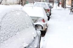 在雪的停放的汽车 库存照片