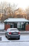 在雪的停放的汽车 免版税库存照片