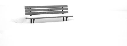 在雪的公园长椅在冬天 图库摄影