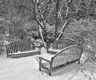 在雪的公园长椅 免版税图库摄影