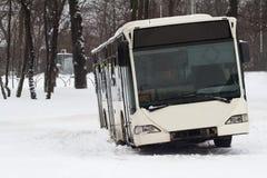 在雪的公开公共汽车事故 库存照片