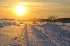 在雪的公路车辆 免版税库存照片