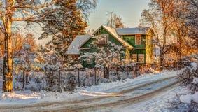 在雪的冬天农村路和结构树 免版税库存图片