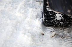 在雪的冬天轮胎 库存图片