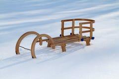 在雪的减速火箭的木爬犁 免版税库存照片
