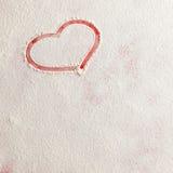 在雪的华伦泰爱红色心脏形状在红色背景 免版税库存照片