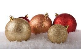 在雪的发光的圣诞节球 库存照片