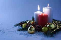 在雪的发光的蜡烛 库存图片