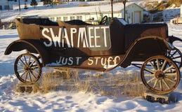 在雪的古董车在日落 库存图片