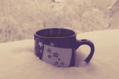 在雪的咖啡 免版税库存照片