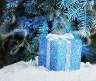 在雪的圣诞夜礼物魔术  免版税图库摄影
