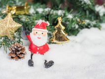 在雪的圣诞老人玩偶 为背景,骗局复制和插入 免版税图库摄影