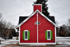在雪的圣诞节小屋 免版税库存照片