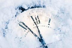 在雪的圣诞节时钟 库存图片