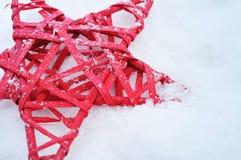 在雪的圣诞节星 图库摄影