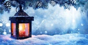 在雪的圣诞节灯笼与冷杉分支 免版税库存图片