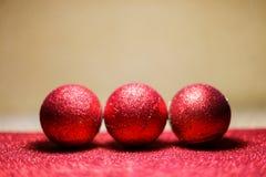 在雪的圣诞节球在红色背景 库存图片