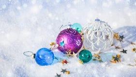 在雪的圣诞节球 免版税库存图片
