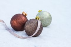 在雪的圣诞节电灯泡 免版税图库摄影