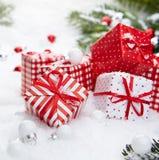 在雪的圣诞节礼品 免版税库存照片