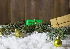 在雪的圣诞节礼品 库存图片