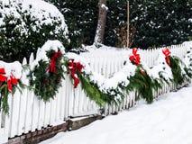在雪的圣诞节花圈 免版税图库摄影