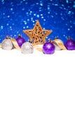 在雪的圣诞节装饰品在闪烁背景 库存照片
