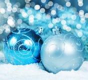 在雪的圣诞节装饰阐明了轻的魔术 免版税库存图片