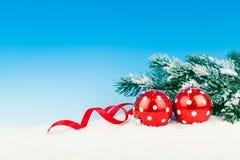 在雪的圣诞节装饰 免版税库存照片
