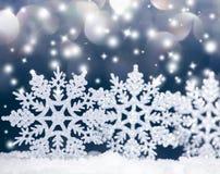 在雪的圣诞节雪花 免版税库存照片