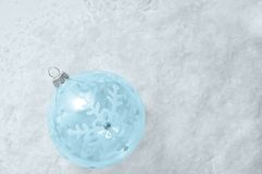 在雪的圣诞装饰玻璃球 库存图片