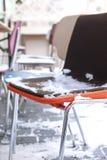 在雪的多彩多姿的椅子 城市伦敦冬天 一个街道咖啡馆在欧洲 旅行和旅游业 免版税库存图片
