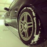 在雪的奔驰车AMG 库存照片