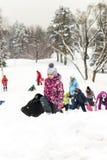 滑在雪的孩子在俄国冬天滑 免版税库存图片