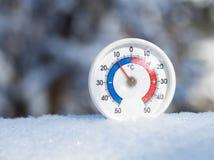 在雪的室外温度计显示减11摄氏度冷的w 免版税图库摄影