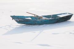 在雪的小船 库存照片
