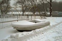 在雪的小船 免版税库存照片