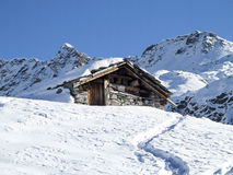 在雪的山小屋 免版税库存图片