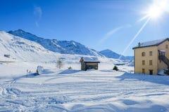 在雪的山瑞士山中的牧人小屋 免版税库存图片