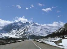 在雪的山 库存图片