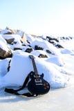 在雪的岩石吉他 免版税库存图片