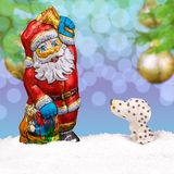 在雪的巧克力圣诞老人 免版税库存照片