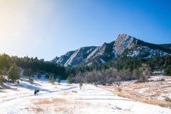 在雪的巨石城flatirons 免版税库存照片