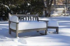 在雪的庭院长凳 库存照片