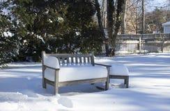 在雪的庭院长凳 免版税图库摄影
